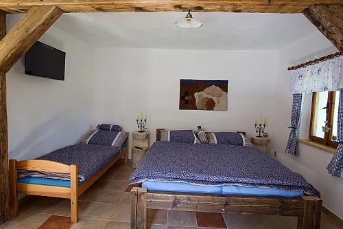 3 OSOBYLožnice s manželskou postelí a samostatnou postelí, TV. Vlastní koupelna s podlahovým vytápěním, sprchou a WC. Vlastní kuchyň s varnou deskou, lednicí, mikrovlnou troubou a rychlovarnou konvicí. Vytápění krbovými kamny na dřevo.