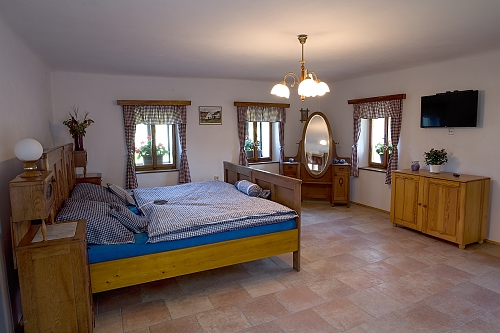 3 OSOBY Ložnice s manželskou postelí a samostatnou postelí, TV. Kuchyň a sociální zařízení jsou společné s Apartmánem 1. Vytápění krbovými kamny na dřevo