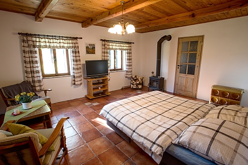 3 OSOBY Ložnice s manželskou postelí a samostatnou postelí, TV. Koupelna je vybavena podlahovým vytápěním, sprchou, WC a pračkou. Kuchyň disponuje kachlovými kamny na dřevo, dále sporákem s troubou, lednicí, rychlovarnou konvici a mikrovlnou troubu. Vytápění krbovými kamny na dřevo.